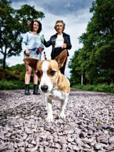 Marie-Claire van Hessen (34) (links) uit Amsterdam, haar moeder Josje van Hessen uit Den Haag, en hond Pienie (8). Foto Merlijn Doomernik
